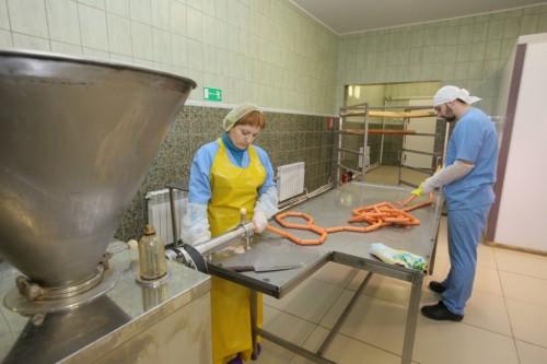 В колбасном цехе работают и местные жители, и осужденные.