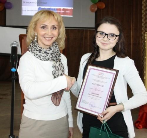 Заместитель председателя Избиркома РК Елена Баскакова и участница олимпиады Анастасия Забоева.