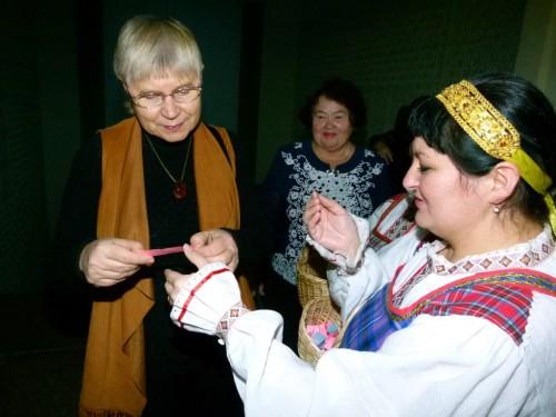 Елена Габова и Елена Козлова отгадывают загадки.