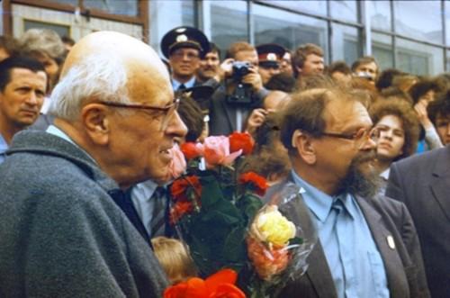 С Андреем Сахаровым в сыктывкарском аэропорту. 19 мая 1989 года.