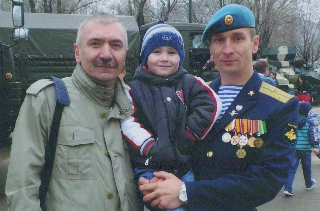 Дмитрий Болтыхов с сыном и внуком.