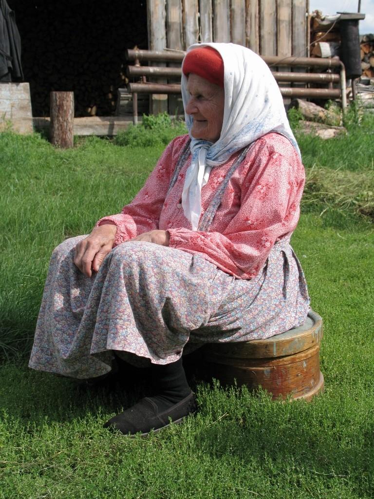 Возле дома, д.Щекурья Березовского района ХМАО – Югра, 2006 г.