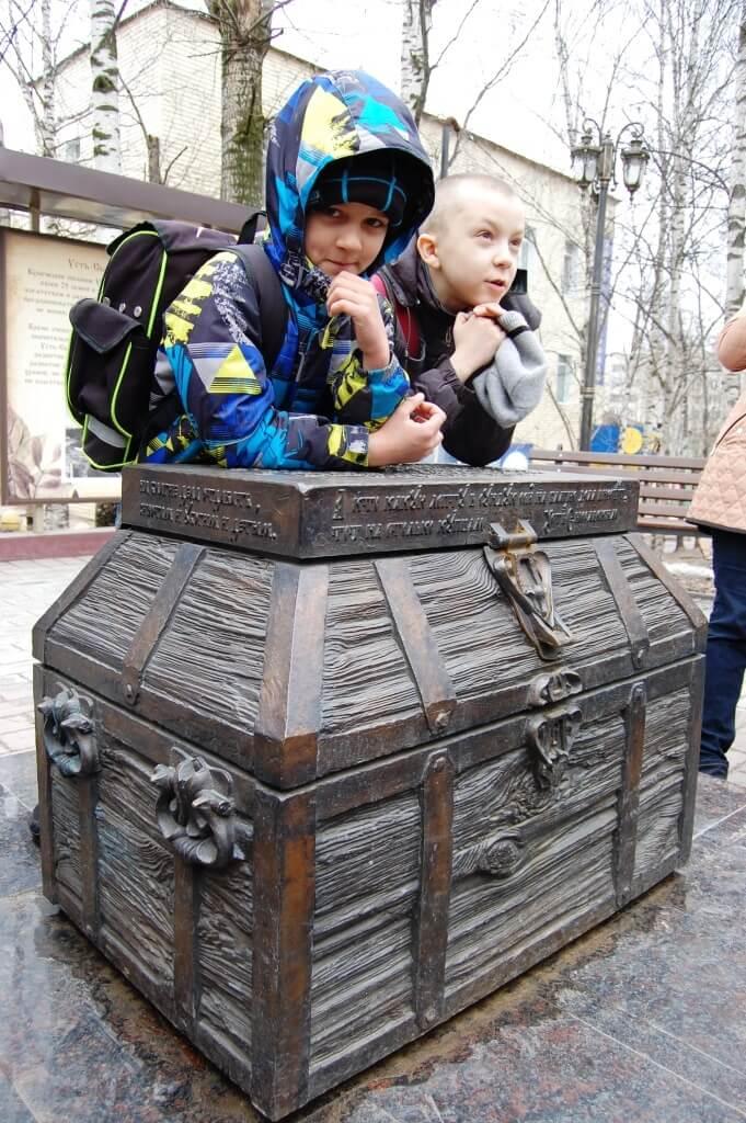 Познавательная экскурсия началась  с арт-объекта «Купеческий сундук».