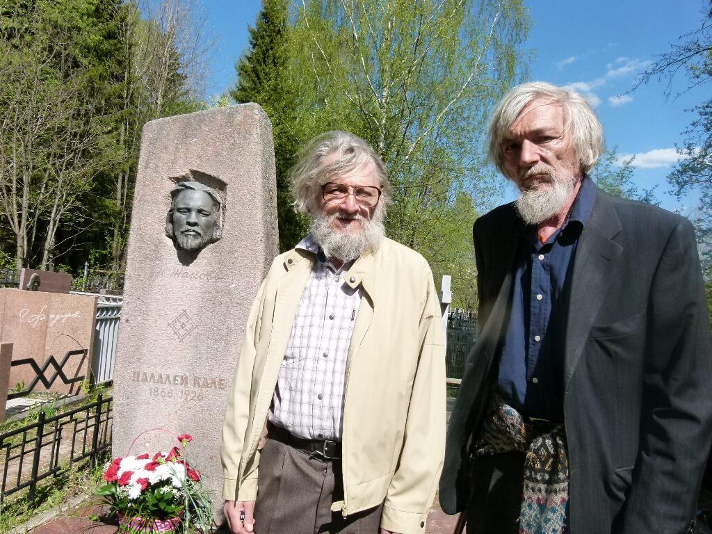 Захар и Михаил Жаковы около могилы прадеда.