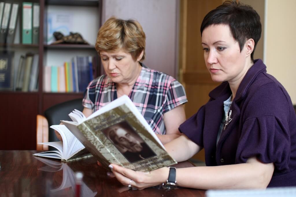 Наталья Кораблева (справа) и заместитель директора  по учебной работе Елена Казакова.