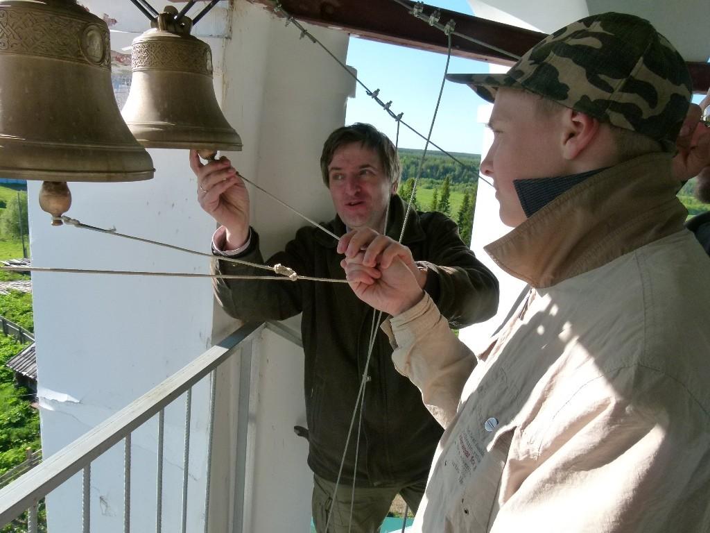 Константин Мишуровский (слева) делится опытом с учениками из Коми.