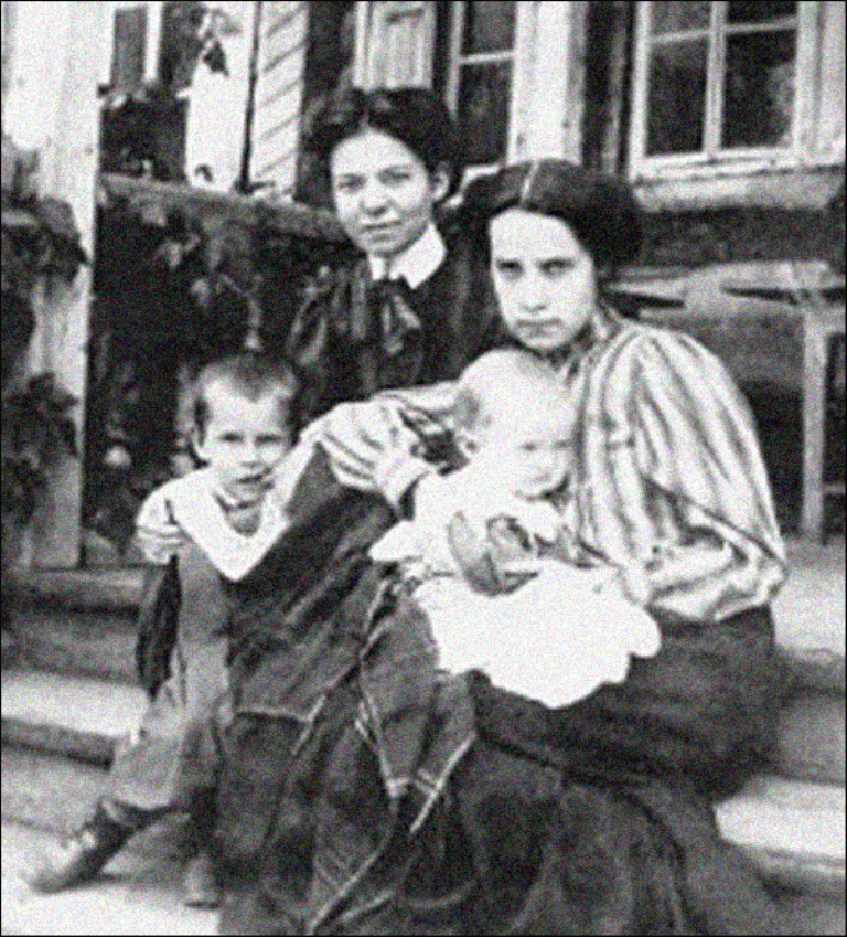 Ольга Керенская (справа) с сыновьями и родственницей  Анной Васильевой-Крушинской.