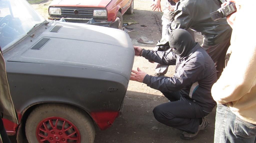 «Досудебник» показывает, как закладывал взрывное устройство в автомобиль.