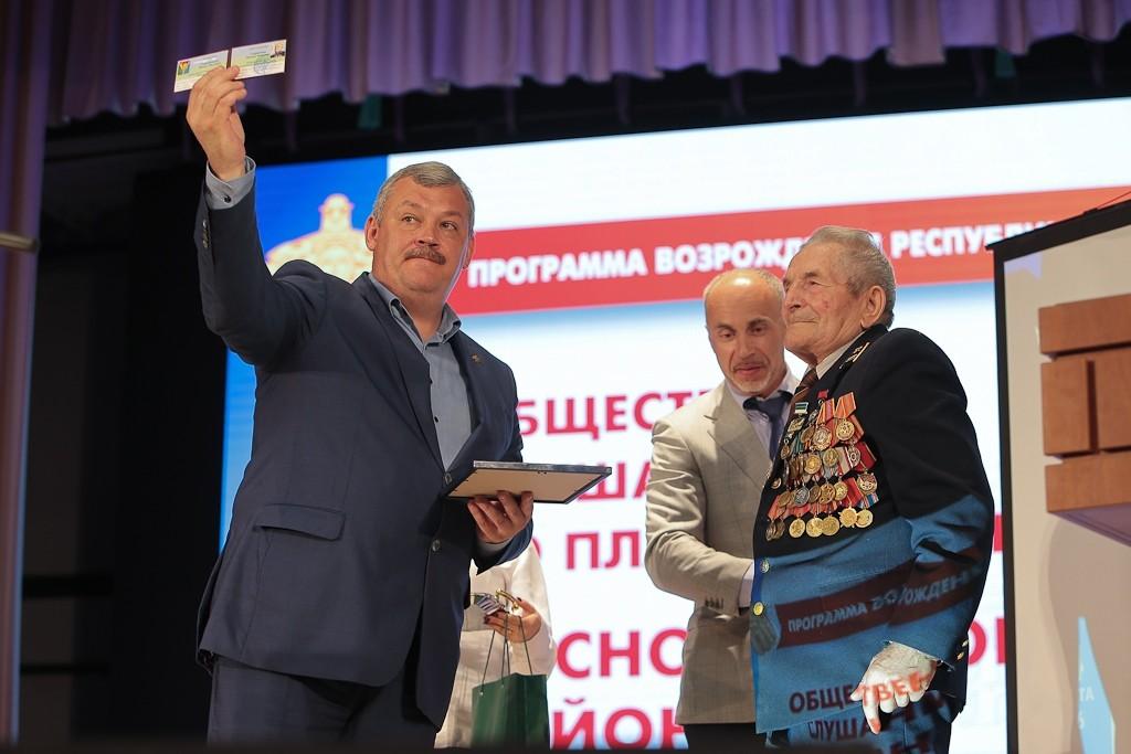 В Сосногорске Сергей Гапликов поздравил с присвоением звания почетного гражданина района ветерана Великой Отечественной и Советско-японской войн Михаила Сыроквашу.