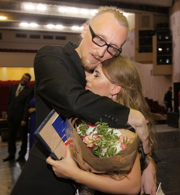 Евгений Гаврилов  поздравляет Елену Турубанову.