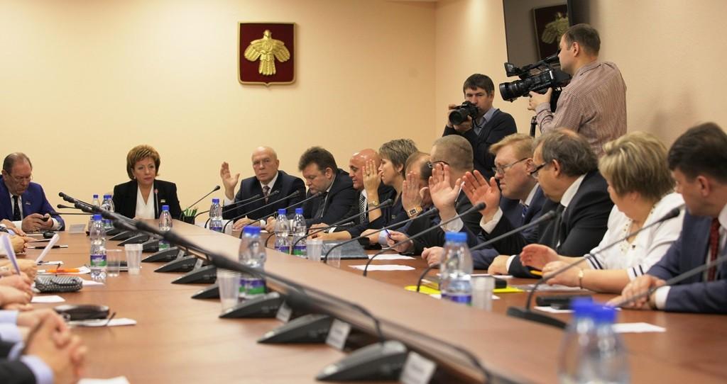 IMG_3867 голосует один из комитетов госсовета за Яндиева