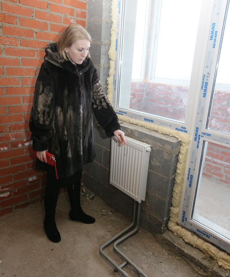 Трубы текут, от балконов дует, да еще дверь в подъезд установлена так, что, открываясь, перекрывает пандус.