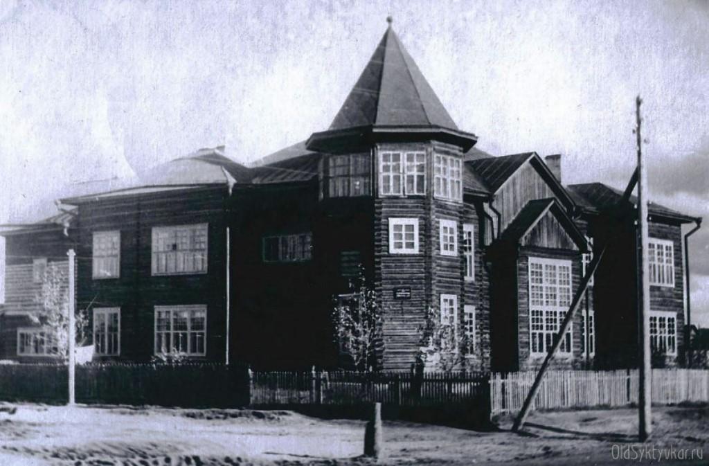 Здание школы по проекту Александра Холопова в 1920-е годы и в наши дни.